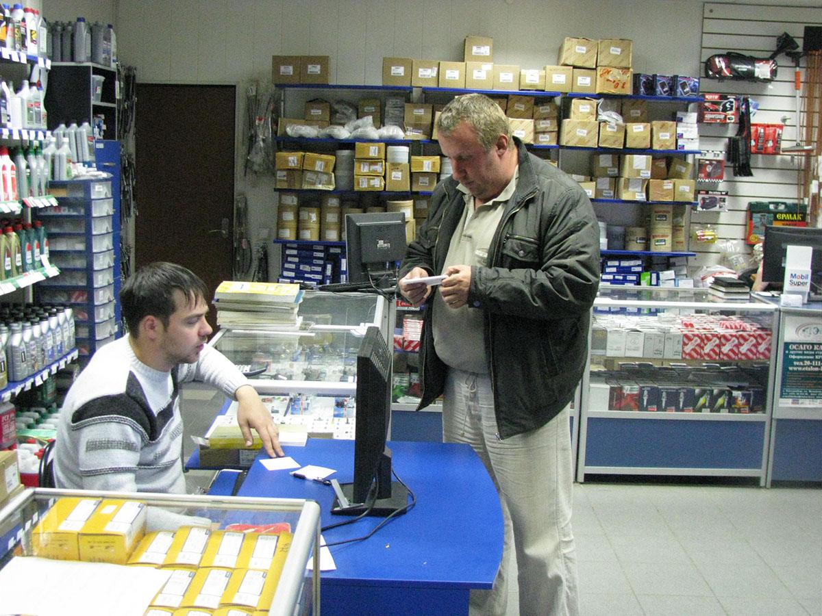 Персонал магазина автозапчастей
